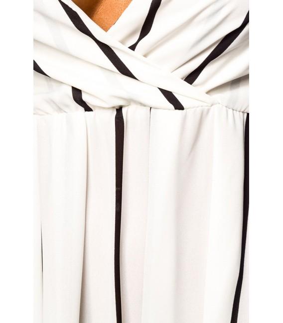 Sommerkleid mit tiefem Ausschnitt und schmalen Trägern